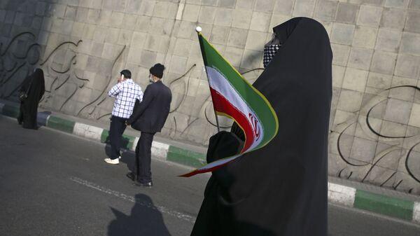 Kobieta z irańską flagą na ulicy Teheranu - Sputnik Polska