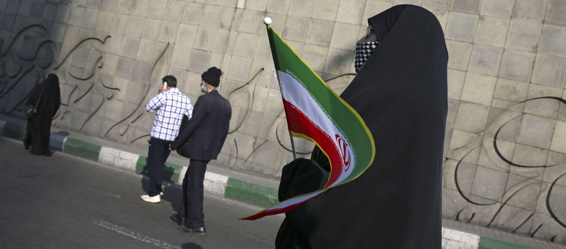 Kobieta z irańską flagą na ulicy Teheranu - Sputnik Polska, 1920, 04.02.2021