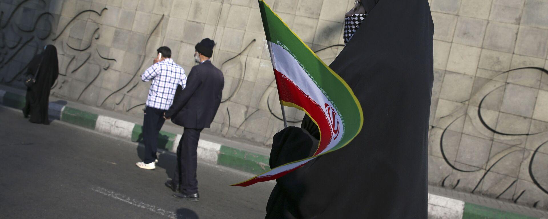 Kobieta z irańską flagą na ulicy Teheranu - Sputnik Polska, 1920, 01.08.2021