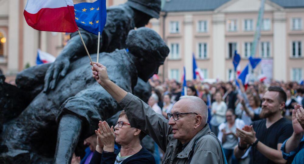 Protestujący przeciwko reformie sądownictwa przed Sądem Najwyższym w Warszawie
