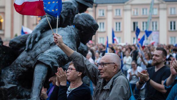 Protestujący przeciwko reformie sądownictwa przed Sądem Najwyższym w Warszawie - Sputnik Polska