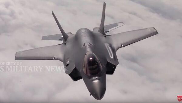 Kadr z wideo o walce powietrznej między samolotami F-22 amerykańskich sił powietrznych i F-35 norweskich sił powietrznych - Sputnik Polska