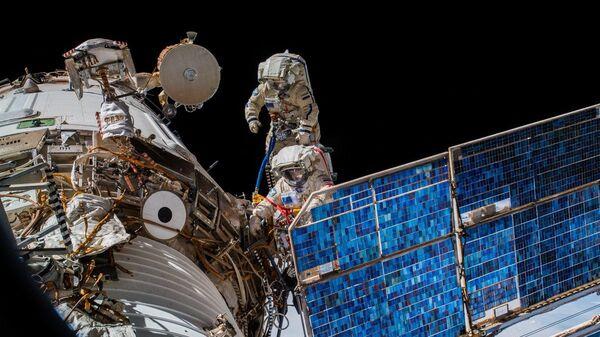 Rosyjscy kosmonauci Oleg Artemiew i Siergiej Prokopiew podczas wyjścia w otwarty kosmos - Sputnik Polska