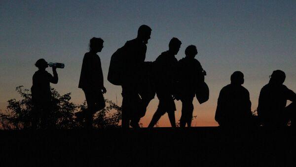Uchodźcy z Bliskiego Wschodu, którym udało się przekroczyć serbsko-węgierską granicę, idą piechotą do Austrii i Niemiec - Sputnik Polska