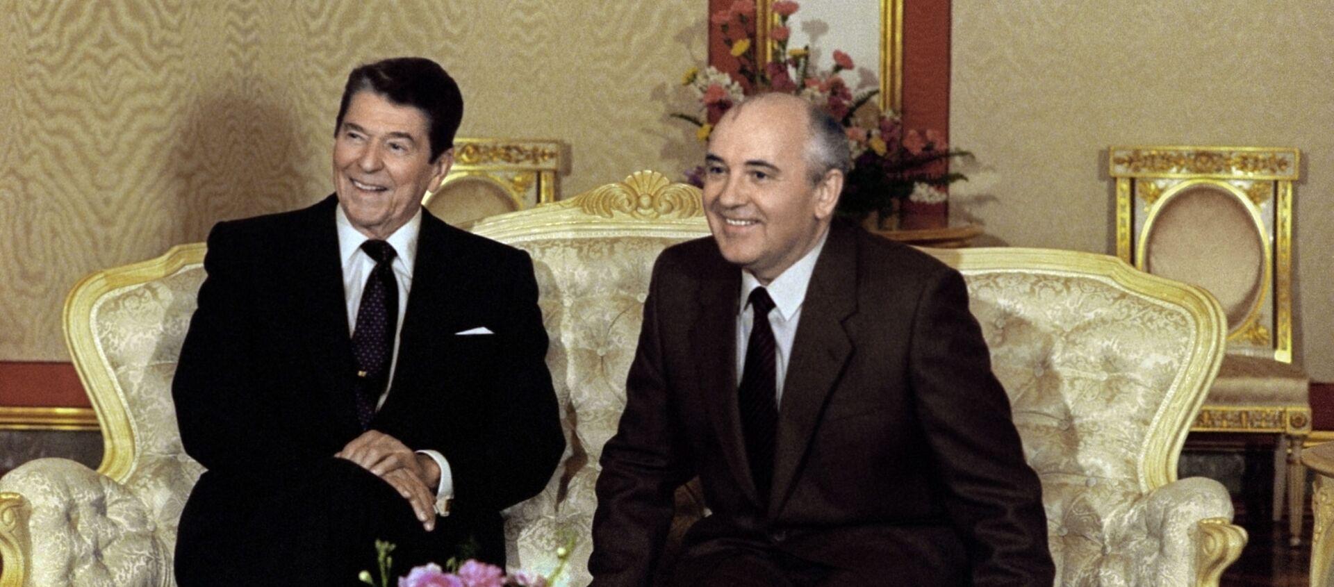Prezydent USA Ronald Reagan i sekretarz generalny KC KPZR Michaił Gorbaczow - Sputnik Polska, 1920, 11.06.2021