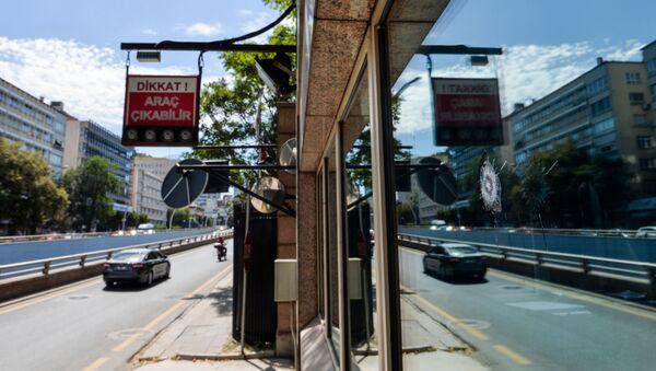 Otwór po kuli przy wejściu do ambasady USA w Ankarze - Sputnik Polska