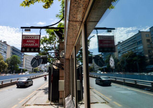 Otwór po kuli przy wejściu do ambasady USA w Ankarze