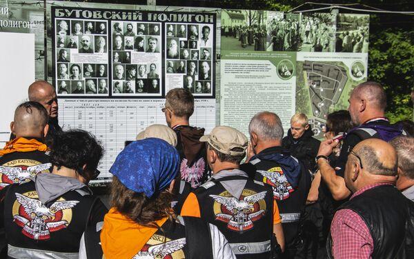 Uczestnicy XVIII Międzynarodowego Motocyklowego Rajdu Katyńskiego na poligonie strzeleckim NKWD w Butowie, Moskwa - Sputnik Polska