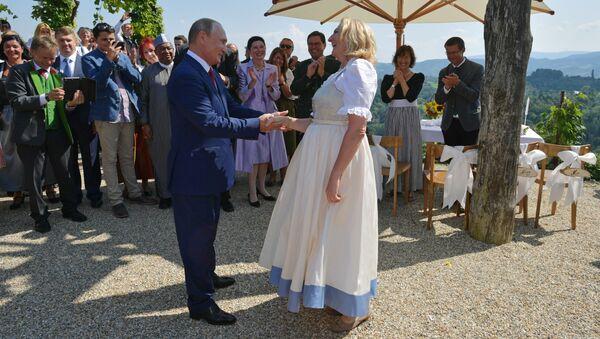 Prezydent Rosji Władimir Putin po tańcu z szefową austriackiej dyplomacji Karin Kneissl - Sputnik Polska