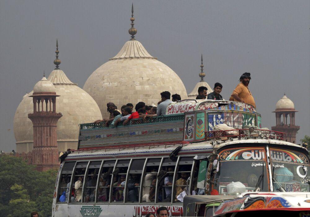 Muzułmanie jadą do domu zatłoczonym autobusem. Pakistan