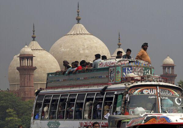 Muzułmanie jadą do domu zatłoczonym autobusem. Pakistan - Sputnik Polska