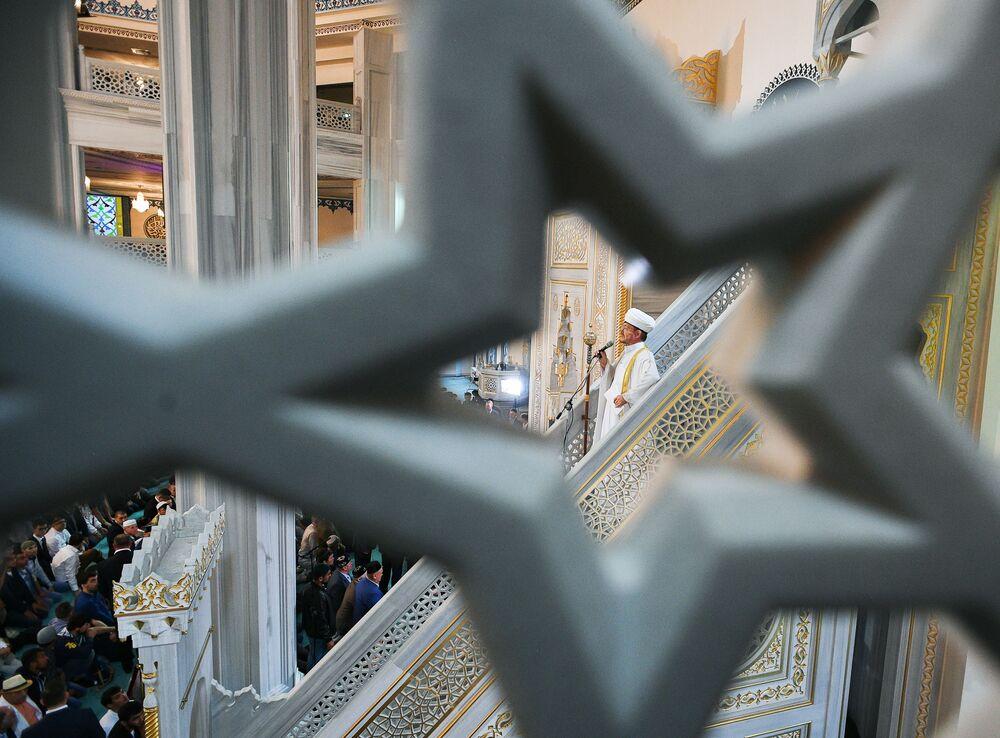 Rosyjski mufti Rawil Gaynetdin w Meczecie Katedralnym w Moskwie