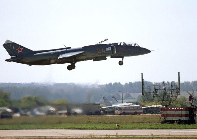 Naddźwiękowy wielozadaniowy myśliwiec przechwytujący pionowego startu i lądowania Jak-141