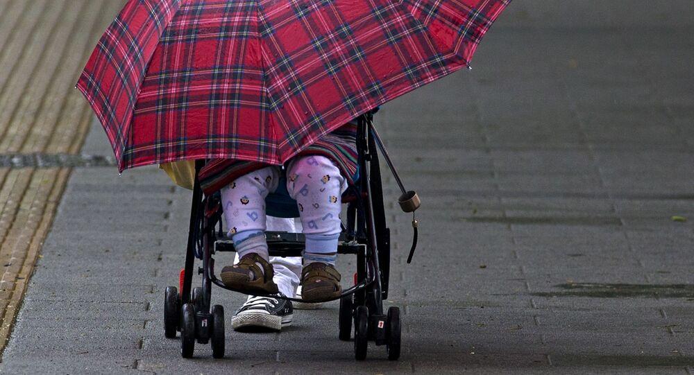 Dziecko pod parasolką w wózku w Pekinie