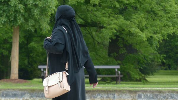 Muzułmańska kobieta w parku - Sputnik Polska