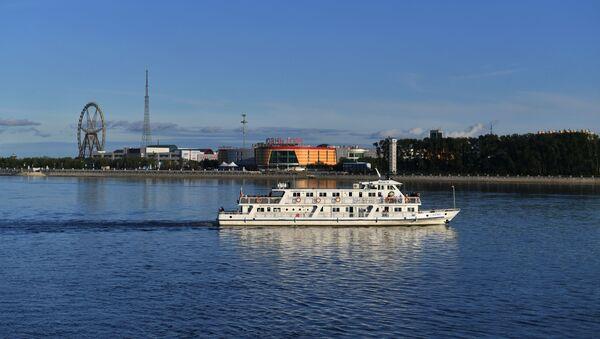 Rosyjski statek w Błagowieszczeńsku na tle chińskiej prefektury miejskiej Heihe - Sputnik Polska