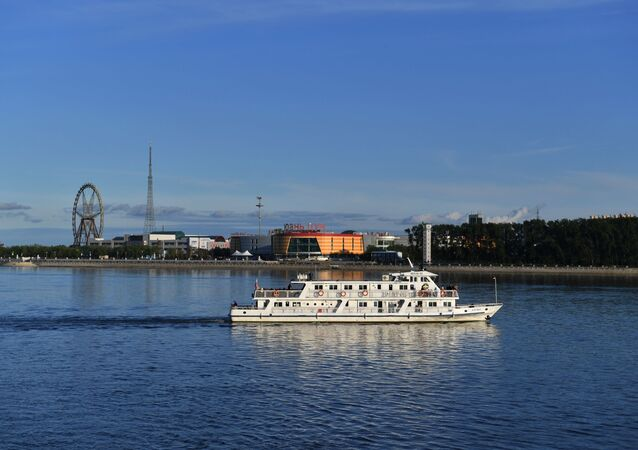 Rosyjski statek w Błagowieszczeńsku na tle chińskiej prefektury miejskiej Heihe