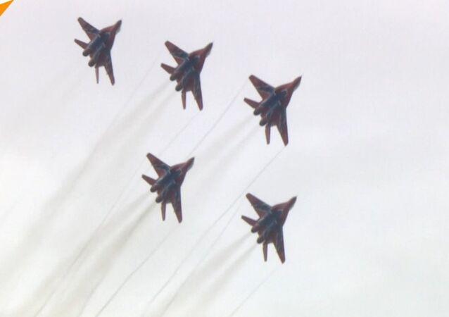 Pokaz lotniczy podczas forum wojskowego Armia 2018