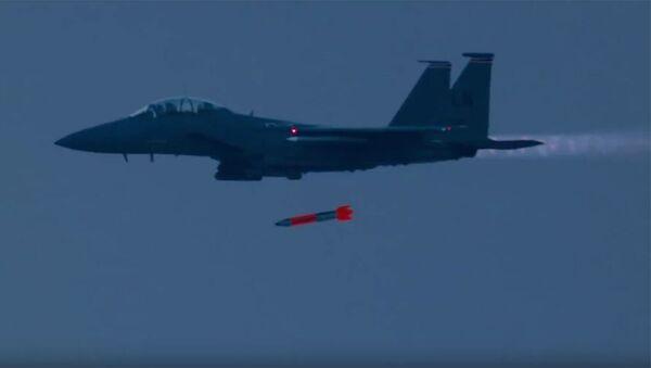 """Myśliwiec F-15 """"Strike Eagle"""" zrzuca bombę jądrową B61 - Sputnik Polska"""