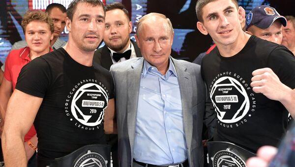 Władimir Putin na ceremonii nagrodzenia zwycięzców na międzynarodowym turnieju sambo - Sputnik Polska
