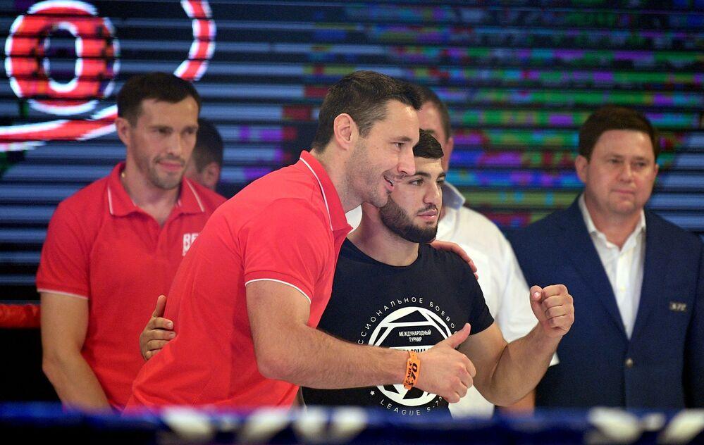 Rosyjski hokeista Ilja Kowalczuk na ceremonii nagrodzenia zwycięzców na międzynarodowym turnieju sambo