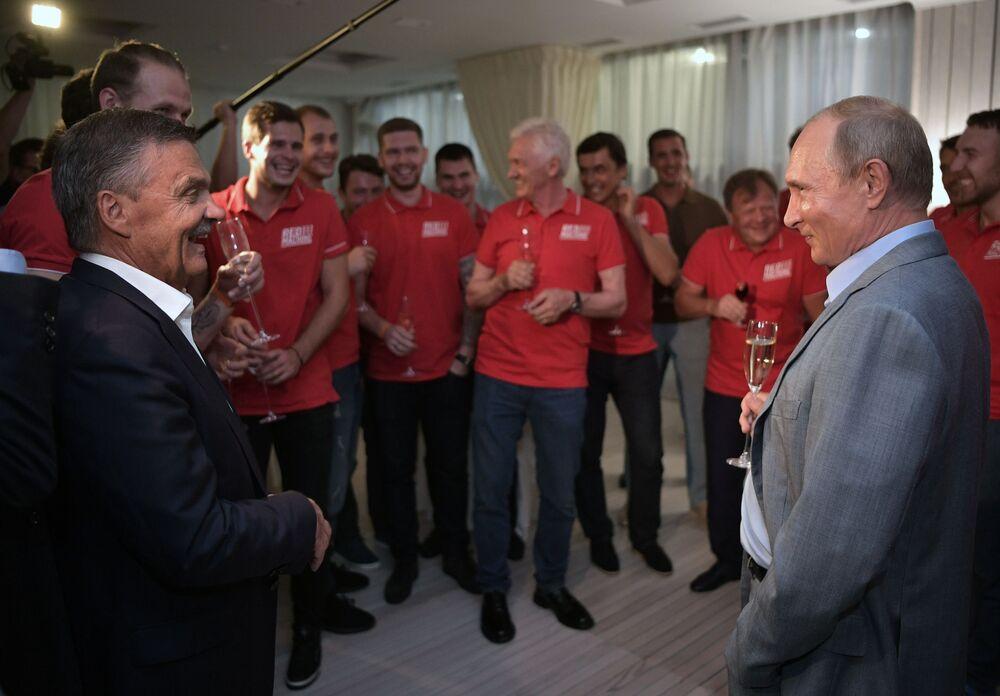Władimir Putin spotkał się z uczestnikami charytatywnego meczu hokejowego przed turniejem sambo