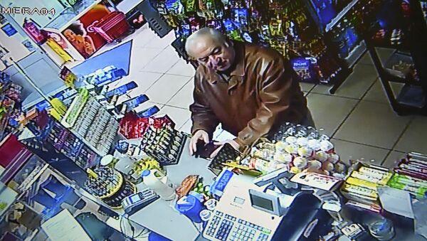 Były pułkownik GRU Siergiej Skripal zarejestrowany przez kamerę monitoringu w sklepie spożywczym w Salisbury - Sputnik Polska