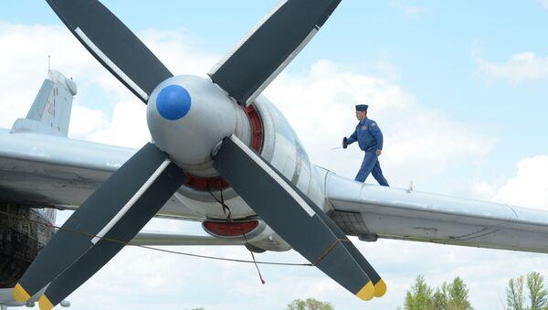Strategiczny samolot bombowy Tu-95MS w bazie lotniczej sił powietrznych Rosji - Sputnik Polska