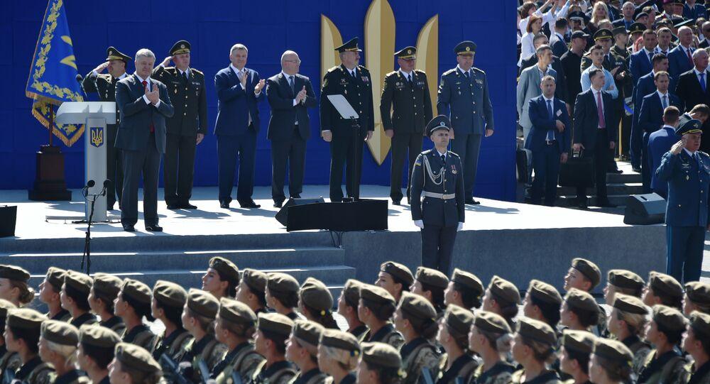 Ukraińscy żołnierze maszerują przed prezydentem Ukrainy Petrem Poroszenko podczas parady wojskowej w Kijowie na cześć Dnia Niepodległości Ukrainy