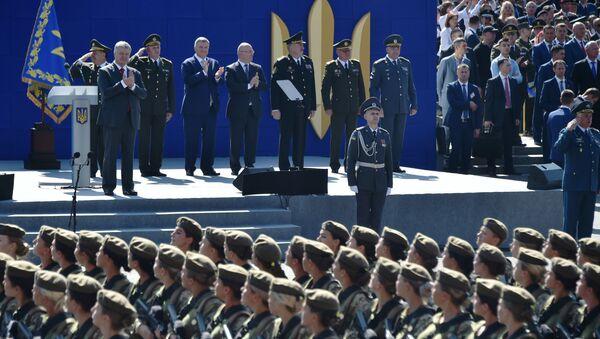 Ukraińscy żołnierze maszerują przed prezydentem Ukrainy Petrem Poroszenko podczas parady wojskowej w Kijowie na cześć Dnia Niepodległości Ukrainy - Sputnik Polska