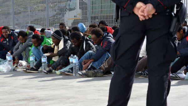 Migranci we Włoszech, w oczekiwaniu na prom do Sycylii - Sputnik Polska