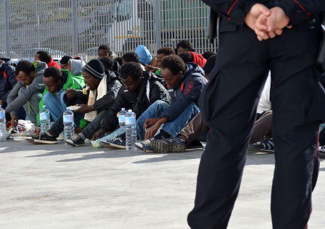 Migranci we Włoszech, w oczekiwaniu na prom do Sycylii