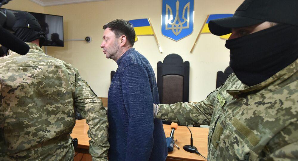 Kierownik portalu Ria Novosti Ukraina Kiriłł Wyszyński w otoczeniu policji, Chersoń