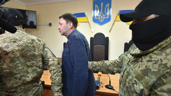Kierownik portalu Ria Novosti Ukraina Kiriłł Wyszyński w otoczeniu policji, Chersoń - Sputnik Polska