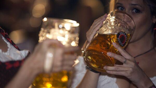 Kobiety piją piwo - Sputnik Polska