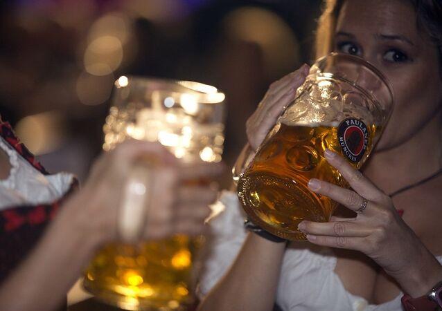 Kobiety piją piwo