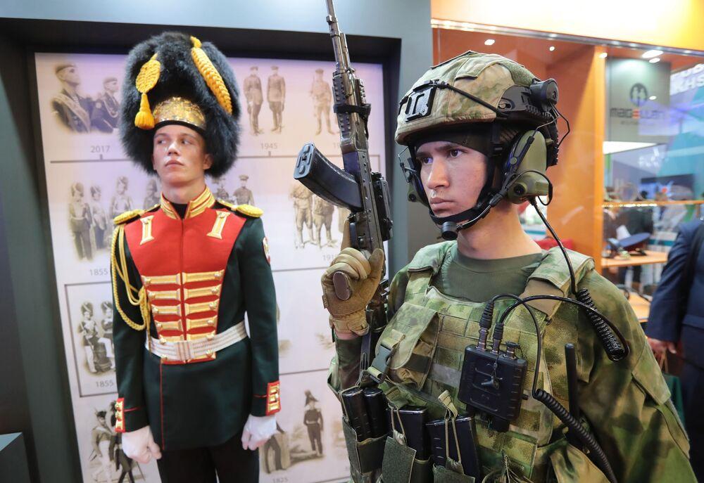 Stoisko z mundurami na IV Międzynarodowym Forum Wojskowym Armia-2018