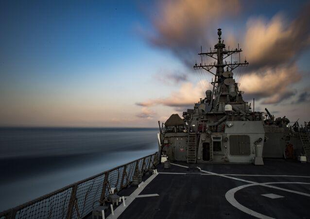 """Niszczyciel """"Carney"""" w akwenie Morza Czarnego"""