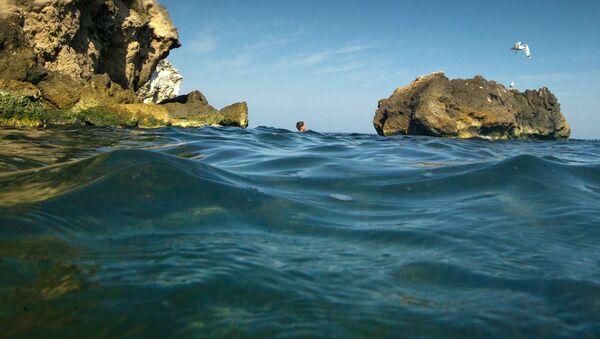 Chłopiec pływa w Morzu Azowskim. Zdjęcie archiwalne - Sputnik Polska