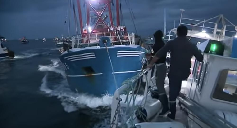 Kadr z nagrania zderzenia francuskich i brytyjskich rybaków w związku ze sporem o granice połowów na kanale La Manche
