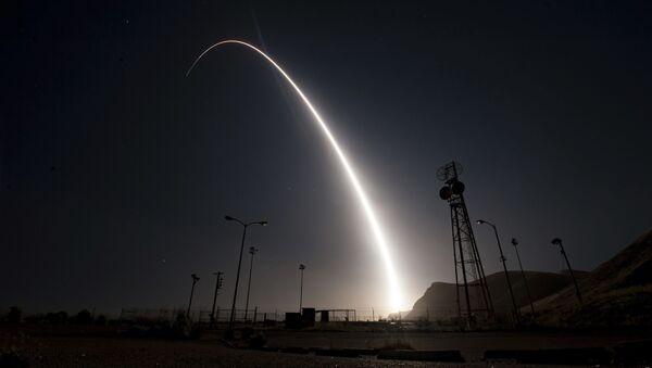 Start międzykontynentalnej rakiety balistycznej Minuteman 3 w bazie wojskowej Vandenberg w USA - Sputnik Polska