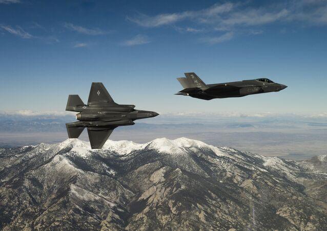 Amerykański myśliwce F-35A Lightning II w czasie lotu szkoleniowego w stanie Utah