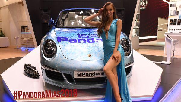 Modelka na stoisku firmy Pandora na Międzynarodowym Salonie Samochodowym w Moskwie - Sputnik Polska