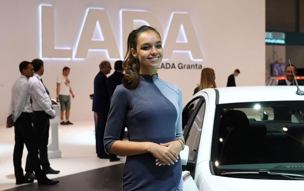 Modelka na stoisku firmy AwtoBaza na Międzynarodowym Salonie Samochodowym w Moskwie