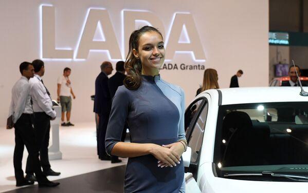 Modelka na stoisku firmy AwtoBaza na Międzynarodowym Salonie Samochodowym w Moskwie - Sputnik Polska