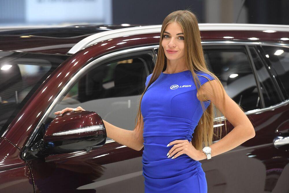 Modelka na stoisku firmy Lifan  na Międzynarodowym Salonie Samochodowym w Moskwie