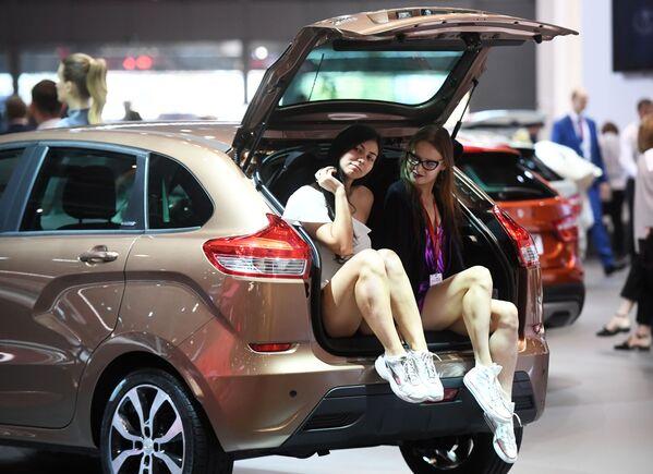 Modelki na stoisku firmy AwtoWaz na Międzynarodowym Salonie Samochodowym w Moskwie - Sputnik Polska