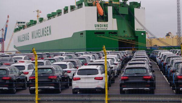 Samochody Mercedes-Benz czekają na załadunek w niemieckim porcie Bremerhaven - Sputnik Polska