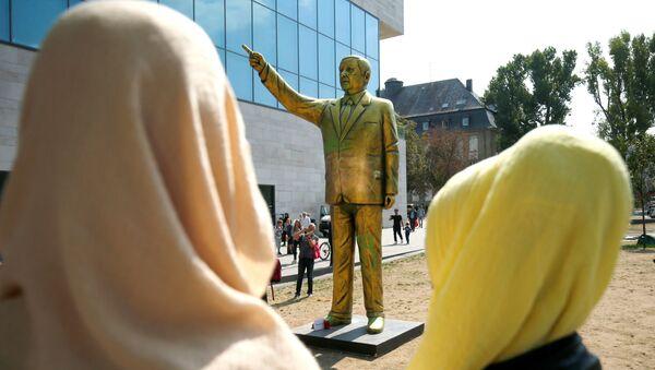 Statua tureckiego prezydenta Recepa Tayyipa Erdogana na Placu Jedności Niemiec w Wiesbaden - Sputnik Polska