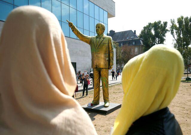 Statua tureckiego prezydenta Recepa Tayyipa Erdogana na Placu Jedności Niemiec w Wiesbaden